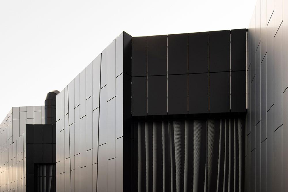Koskikeskuksen alumiinikomposiittikaseteilla toteutettu julkisivu on jyhkeä ja viimeistelty